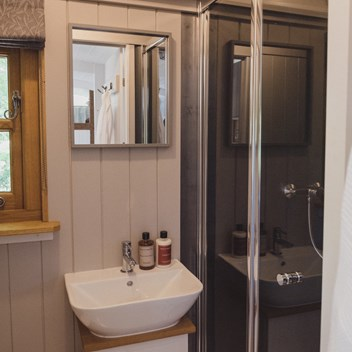 Plankbridge standard bathroom in a cabin